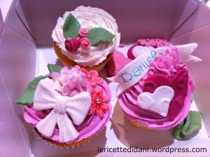 Cupcakes con crema al burro e decorazioni in pasta di zucchero